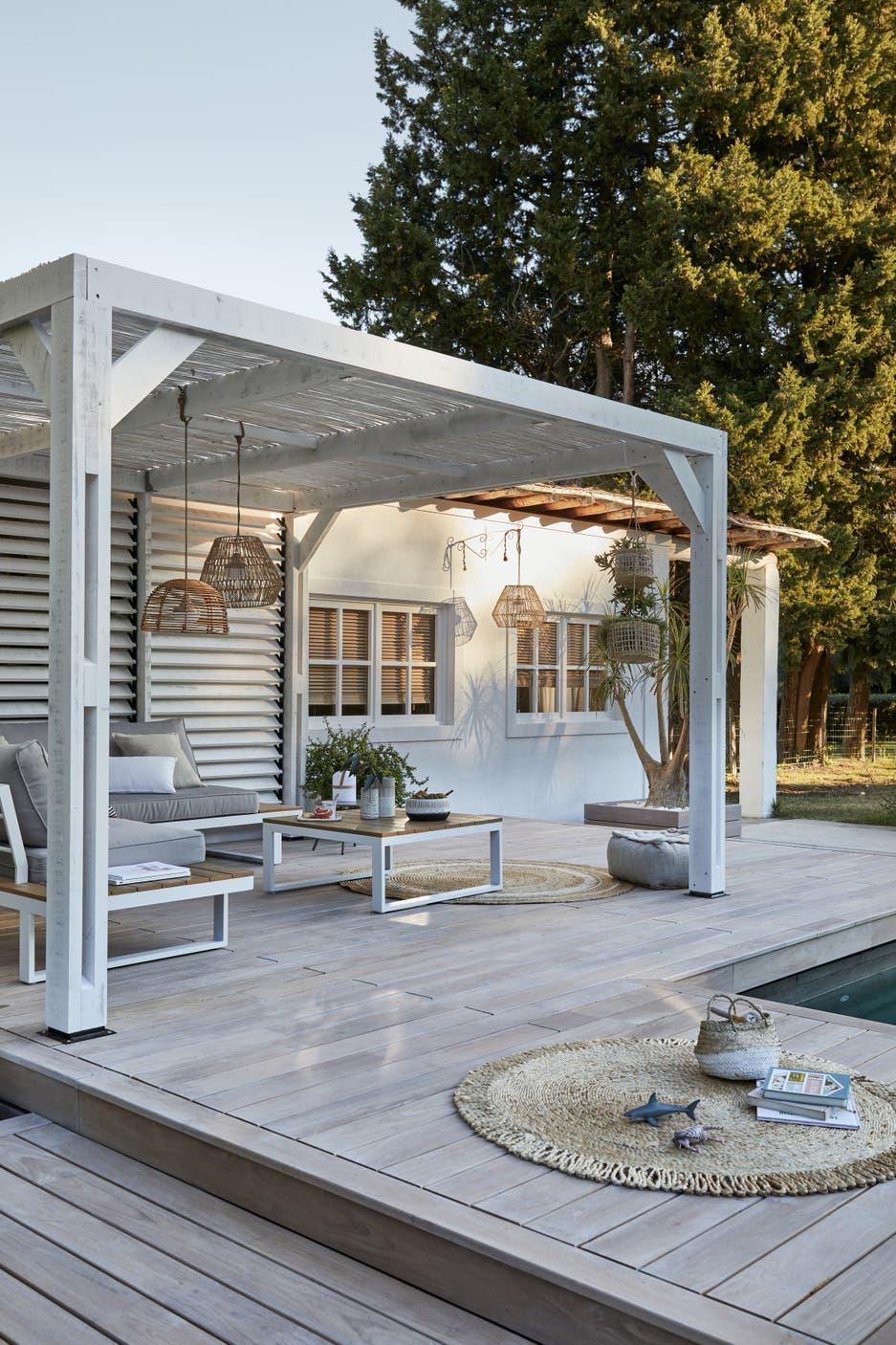 Une terrasse en bois avec pergola au bord de la piscine   Leroy Merlin