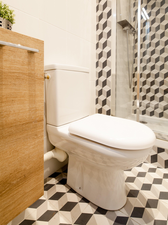 un wc style avec du carrelage a motifs